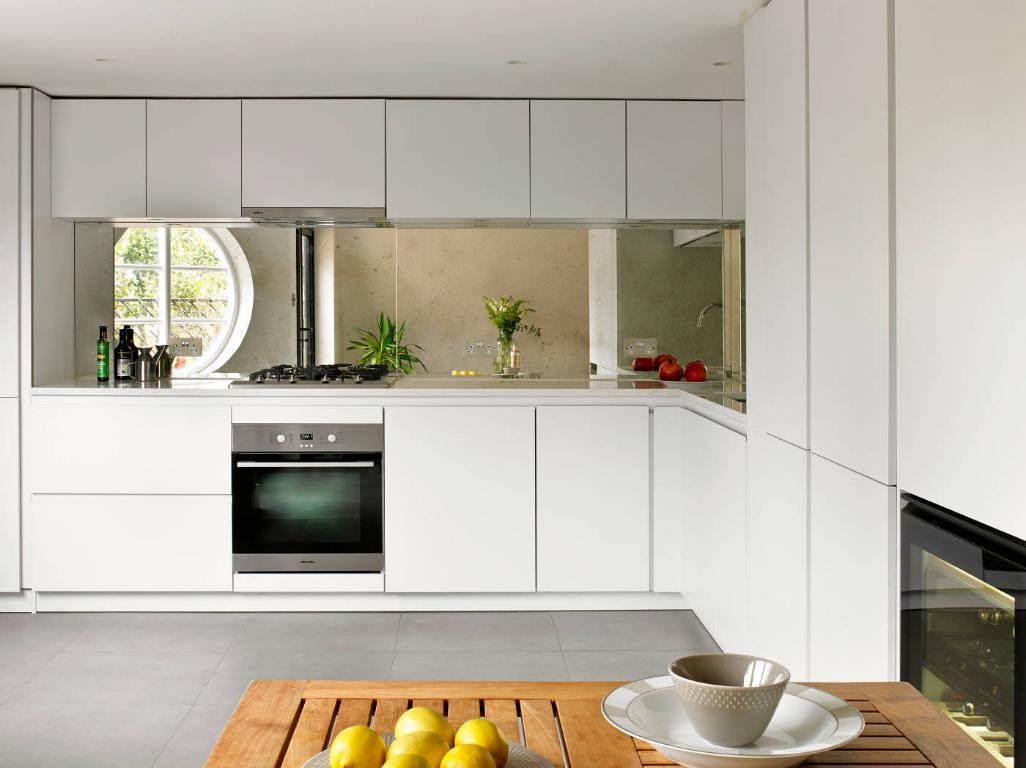 Cozinha decorada com backsplash e espelhos