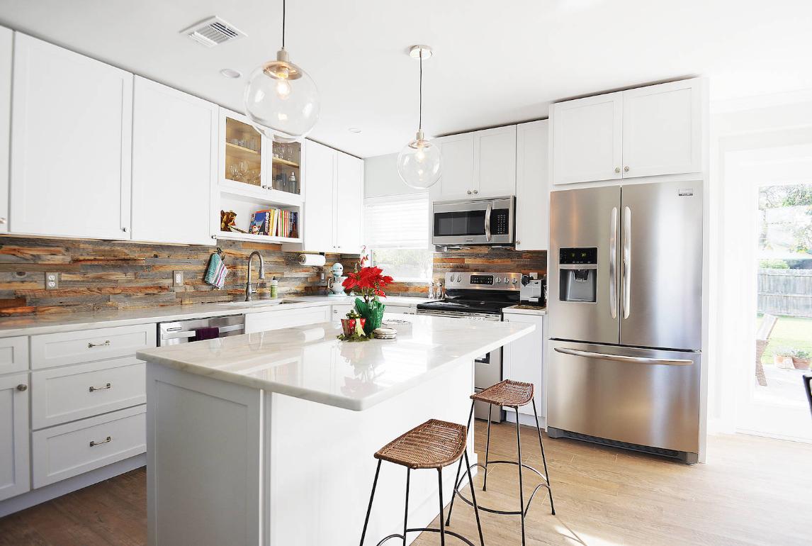Cozinha decorada com backsplash e madeira