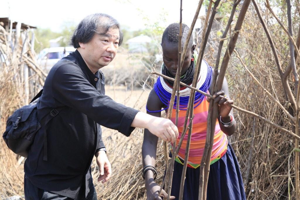 O arquiteto japonês Shigeru Ban, ganhador do prêmio Pritzker de 2014, assinou um acordo com a ONU para desenhar até 20 mil abrigos para refugiados no assentamento Kalobeyei, no Quênia.