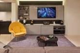 Sala de TV com poltrona amarela