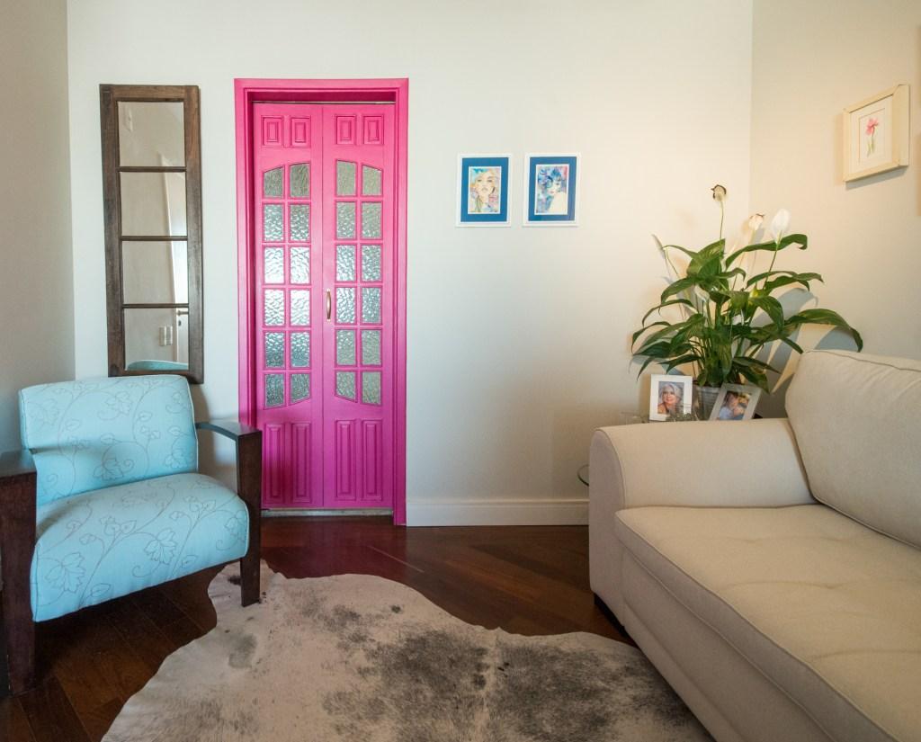 Sala de estar porta rosa