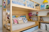 Cama beliche em quarto infantil com papel de parede de estrelas no teto
