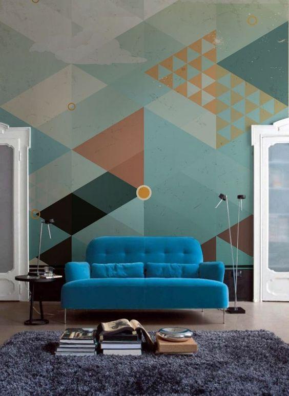 Estampas gráficas em tons pastel colorem a parede.