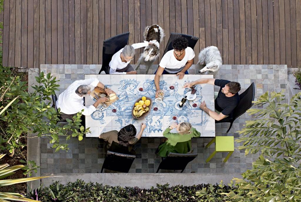 Comer na área externa é um dos programas gostosos que acontecem no coliving do italiano Roberto Rebaudengo (na cabeceira direita da mesa).