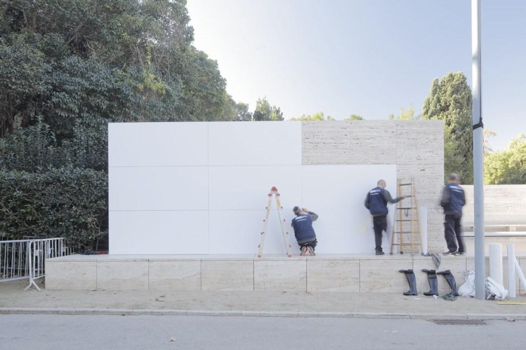 A intervenção faz parte do programa da Fundació Mies van der Rohe, que convida artistas a se expressarem no espaço