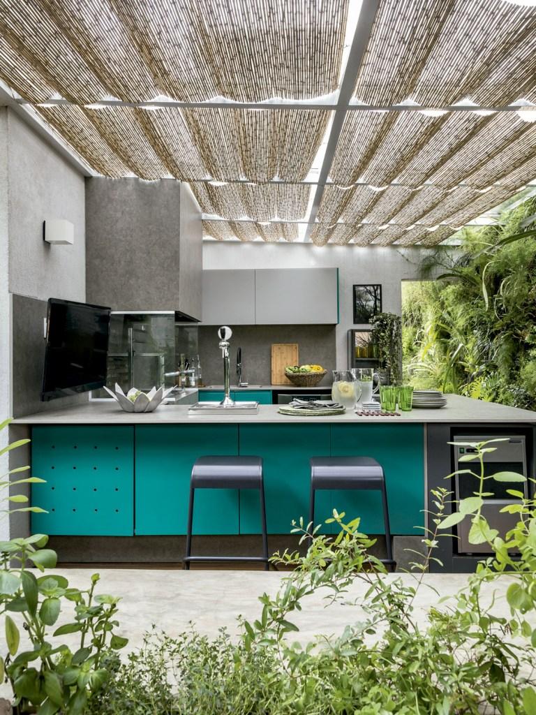 """""""Como o espaço é usado quando o morador quer relaxar, achamos que um jardim tinha tudo a ver com o clima"""", conta a arquiteta Mariana Guardani."""