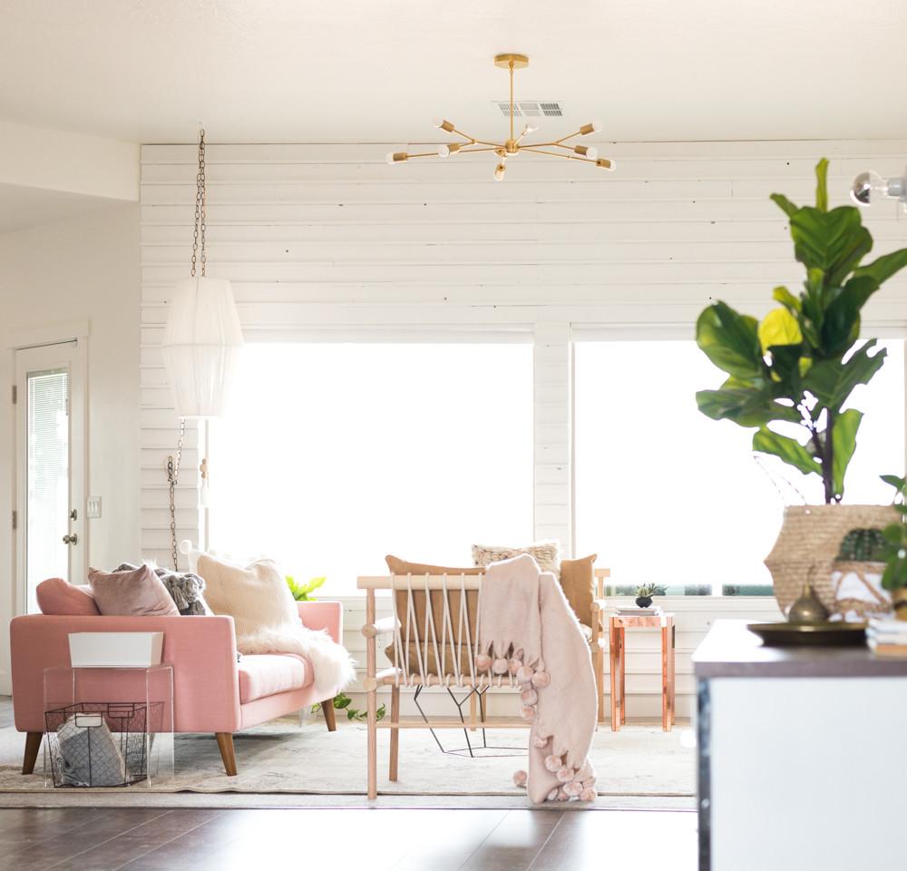 O sofá foi o ponto central da renovação deste décor, que contou com peças garimpadas e diversos projetos de DIY