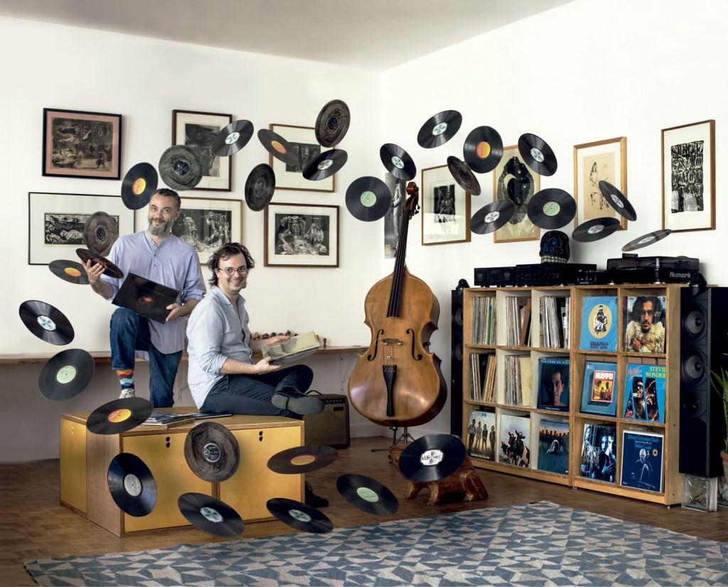 Uma das características que mais fascina o músico Matthieu Hebrard (à esq.) nos discos de vinil é o fato de ter que parar no tempo e no espaço para ouvi-los.
