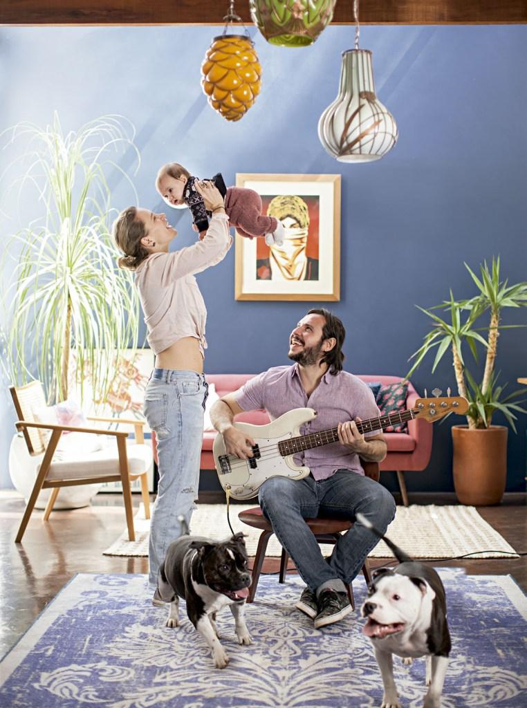 A sala de estar, aberta, iluminada e colorida, resume o clima na casa de Talita, Maurício, da pequena Lia e dos cachorros Timothy e Thurston: família sempre junta e com tempo paradesacelerar.