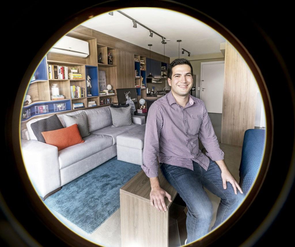 No apartamento de 48 m², o projeto do MN arquitetos priorizou a rotina prática de Dante com estantes planejadas e móveis versáteis.