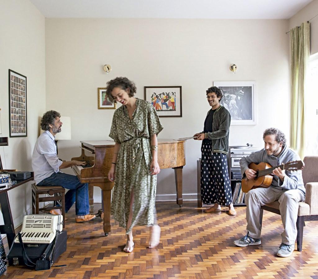 Os moradores deste animado coliving, onde vivem José Vieira (piano), Mario Leo (violão),<br />Yuri Leal (ao fundo) e Natália Albertoni. Lá, os principais eventos giram em torno da música e da gastronomia, pois um dos moradores é chef, e o outro, músico.