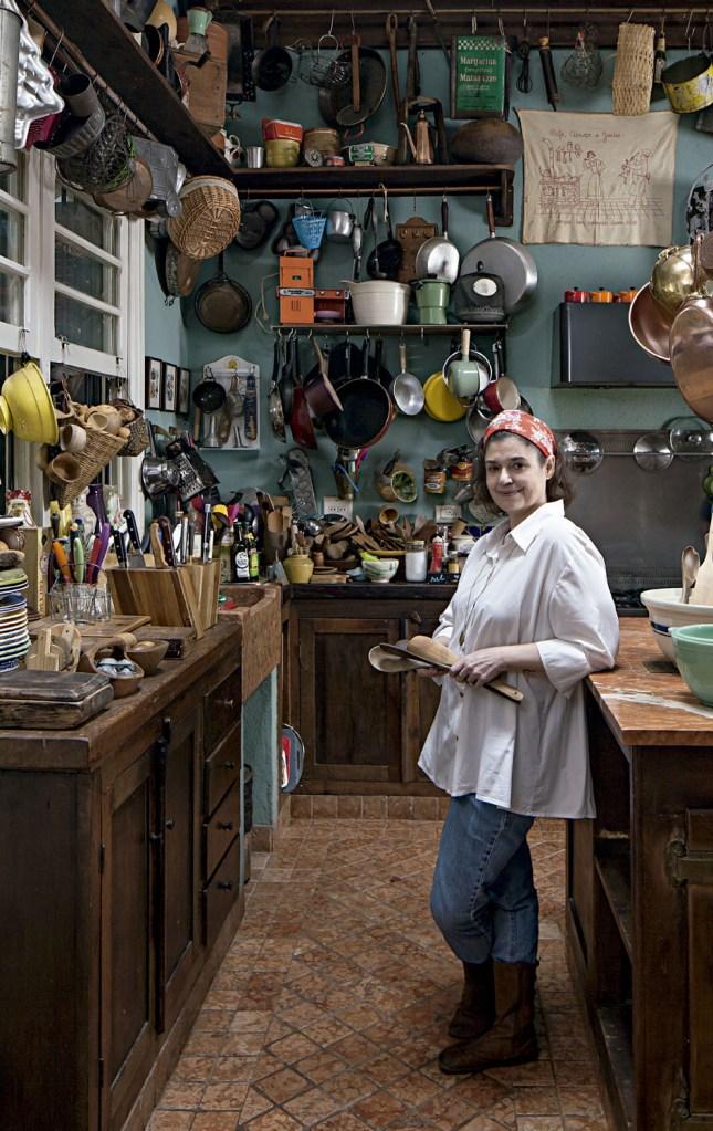 A chef Heloisa Bacellar em seu canto preferido da casa, onde passa horas testando novas receitas e gravando vídeos. Todas as peças penduradas foram garimpadas por ela.