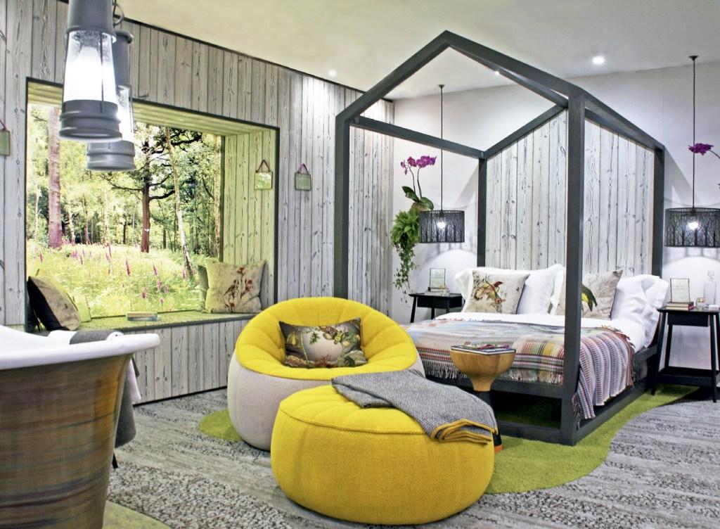 Oliver Heath abriu a vista para o jardim neste quarto de hotel montado numa mostra londrina.