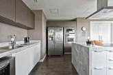 Cozinha com móveis planejados e churrasqueira oculta
