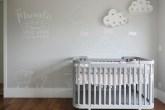 Quarto de bebê clean com desenhos na parede
