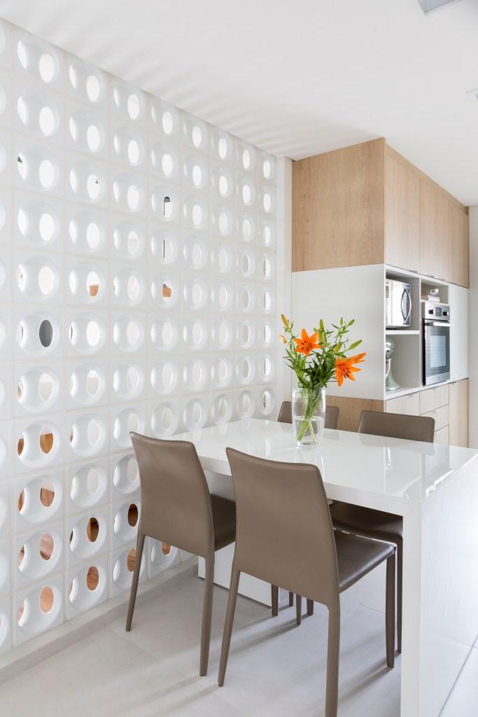 Cozinha é separada da sala de jantar por parede de cobogós