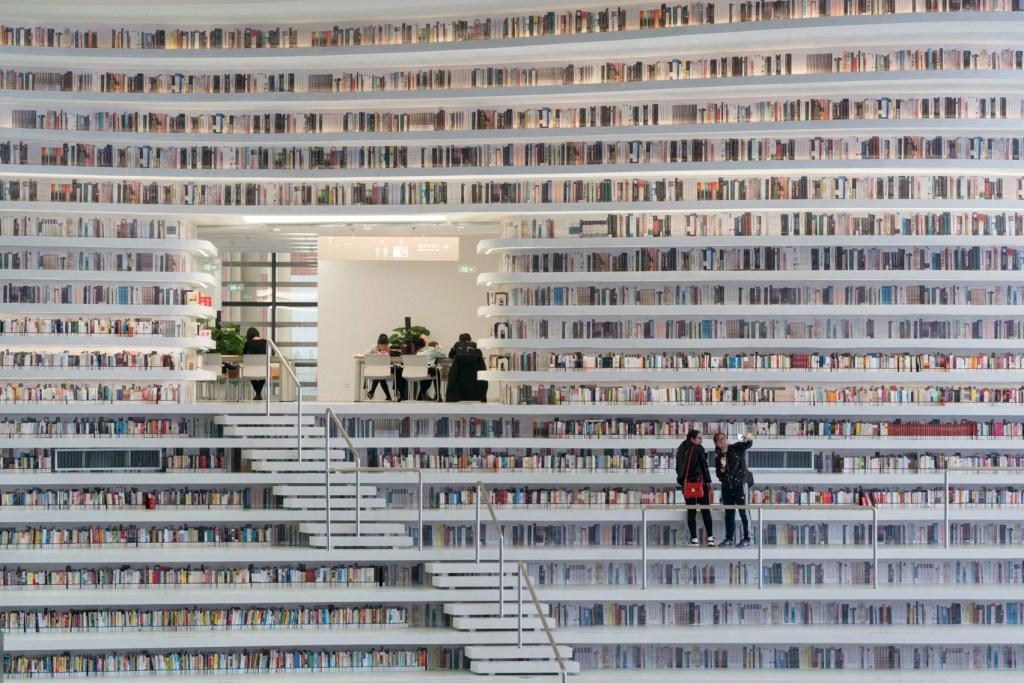 Biblioteca em formato de olho gigante