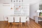 3-Cozinha é separada da sala de jantar por parede de cobogós