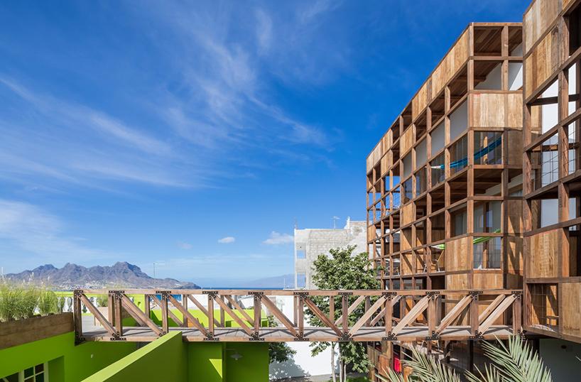 Hotel em Cabo Verde tem fachada de madeira e vista para a baía