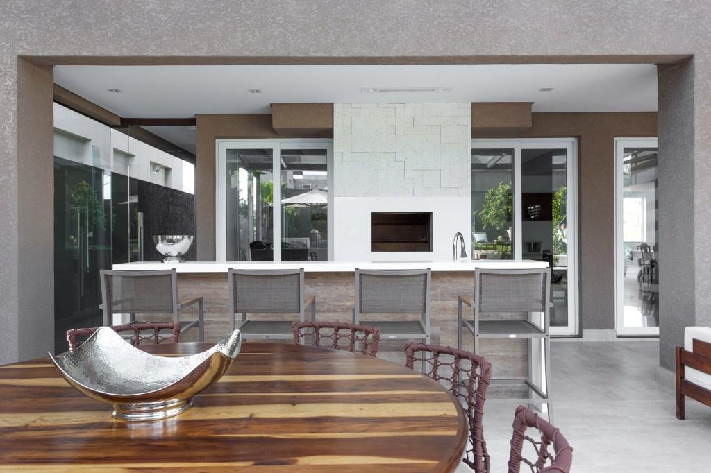 Área externa dividida em níveis e conectada com espaço gourmet
