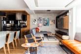 Dúplex de 100 m² com contraste de cores e décor moderno