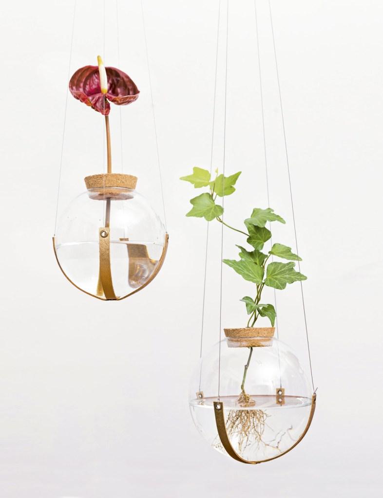 Os globos de vidro lembram o astral lúdico das bolhas de sabão. Pendurados em alturas diferentes, deixam o conjunto mais interessante