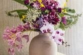 Inspirado na leveza da primavera, este buquê provoca os sentidos com a mistura de ervas aromáticas e a sobreposição de texturas