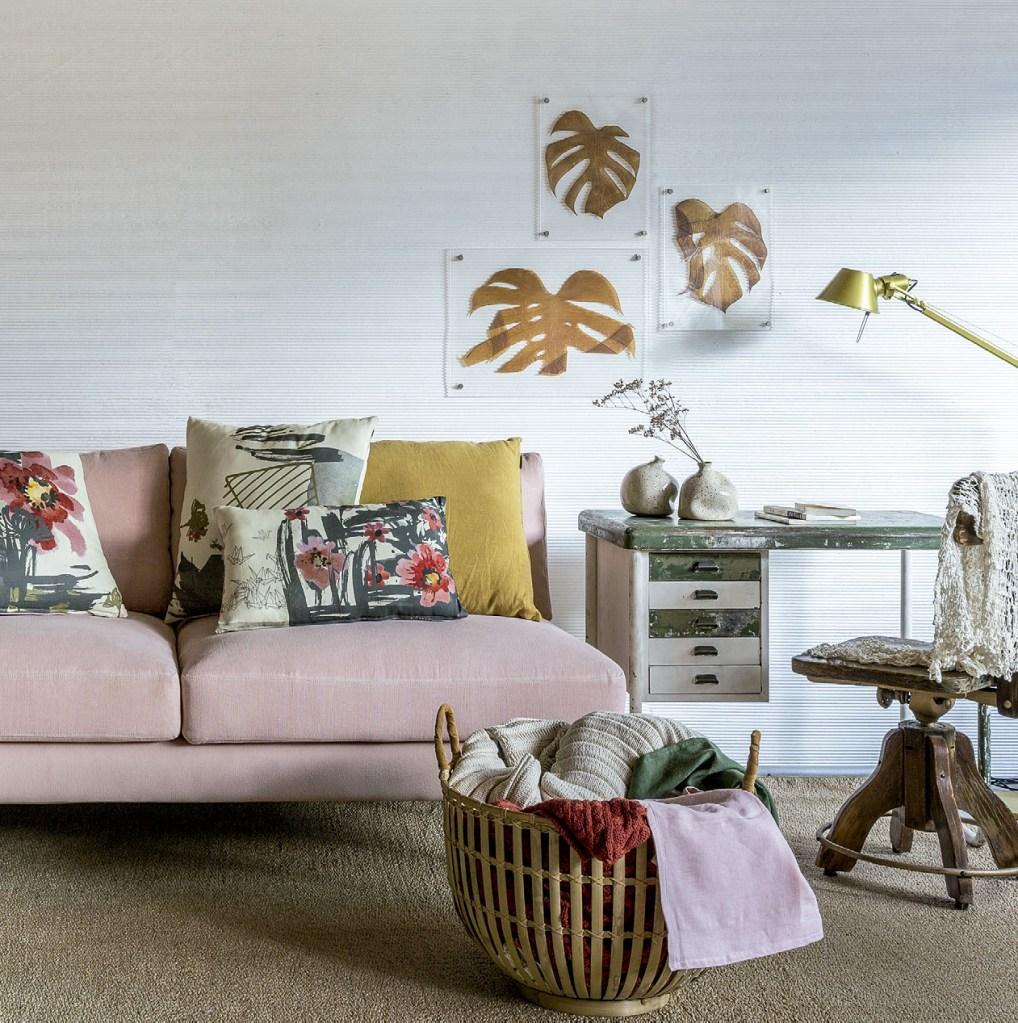 União de living e home office, este ambiente leva mix de mobiliário vintage e moderno