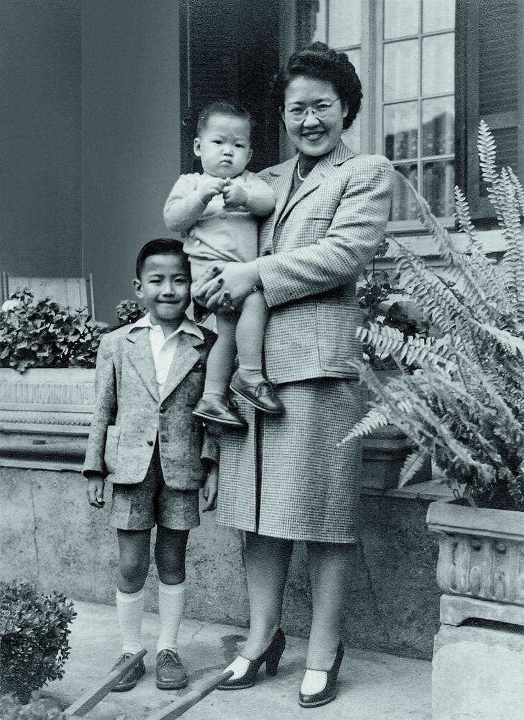 Tomie Ohtake, artista plastica, e os filhos, os arquitetos Ruy e Ricardo Ohtake, nos anos 1940