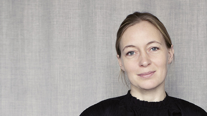 Filha de ceramistas, Cecilie se formou na Royal Danish Academy of Fine Arts e abriu seu próprio estúdio em Copenhague em 1998