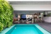 O interior segue o conceito de desenho limpo e contemporâneo, com uma paleta neutra que destaca o piso escuro e as peças de design
