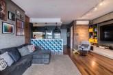 Apartamento de 76 m² com estilo industrial e toques de cor