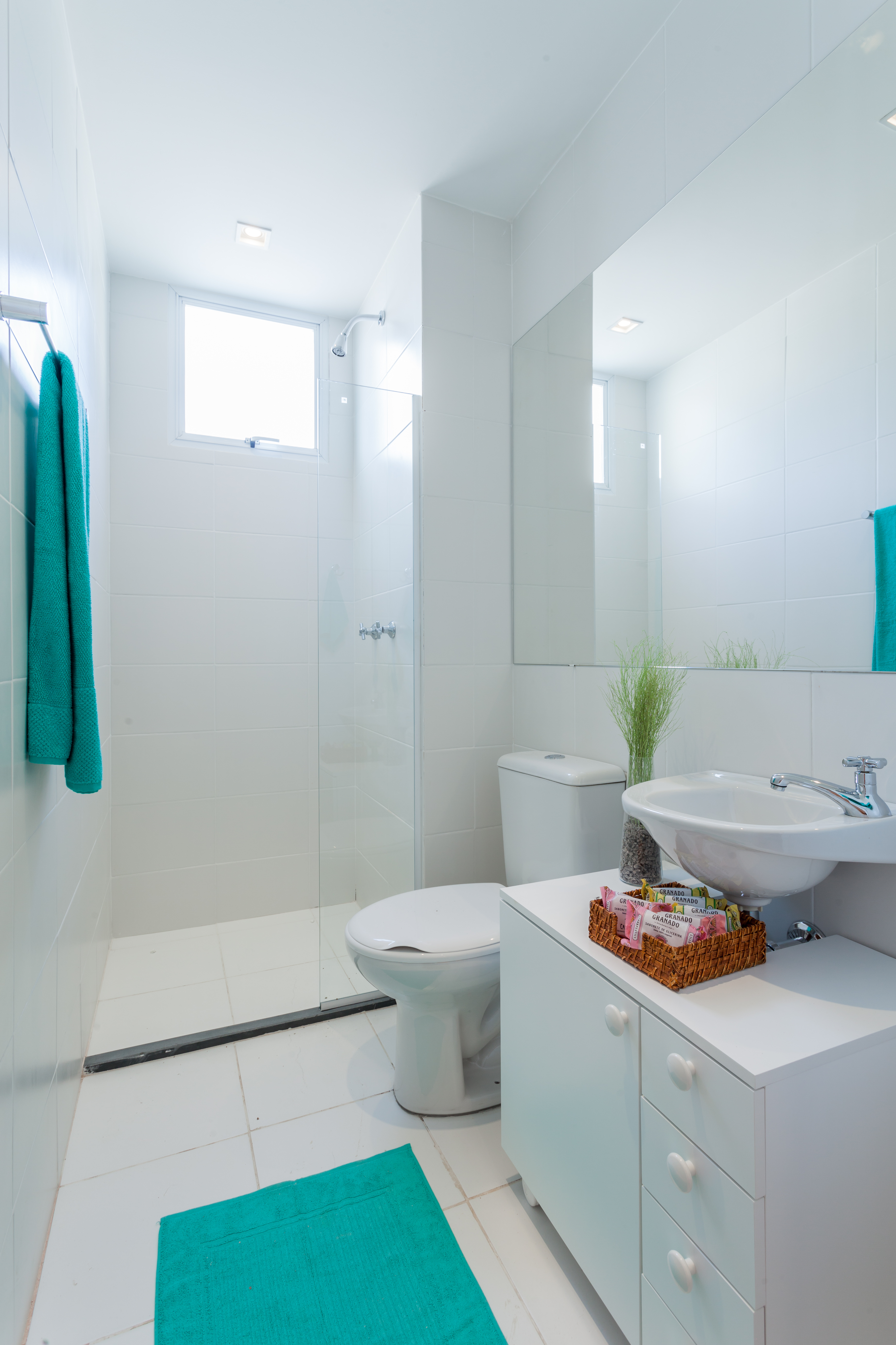 Apartamento de 42 m² com decoração em tons nude e pontos de cor