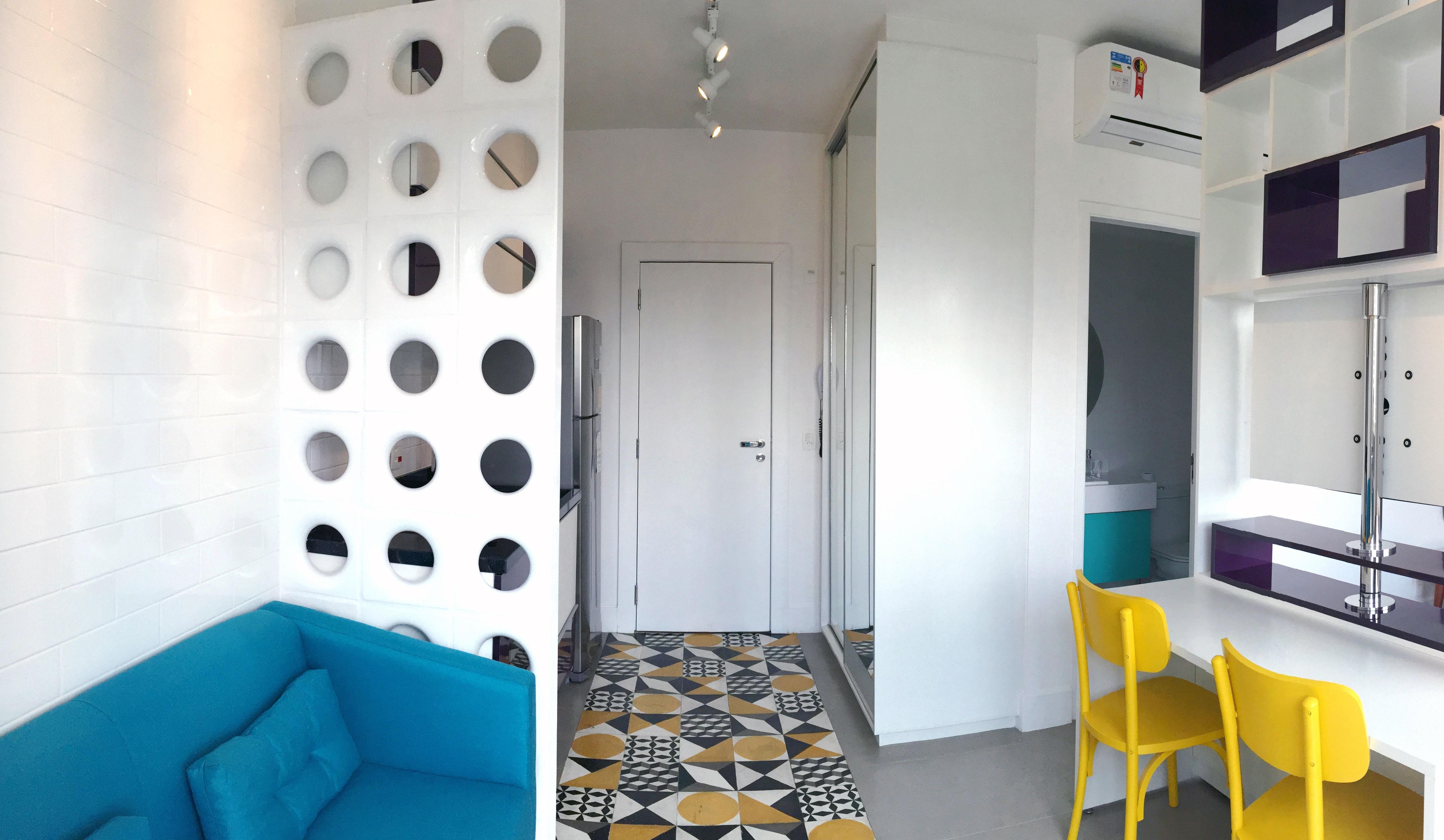 Microapartamento de 32 m² com mix de cores e revestimentos