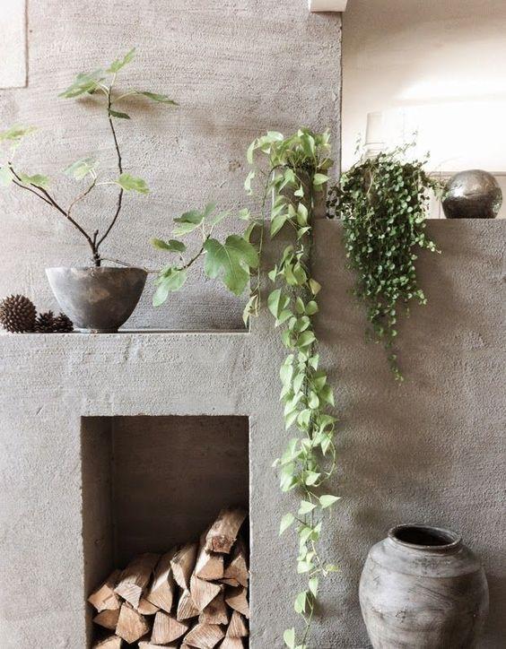 No paisagismo a tendência back to basics caminha ao lado do rústico, com plantas de crescimento natural e uso de materiais in natura, como vasos de terracota e cimento.