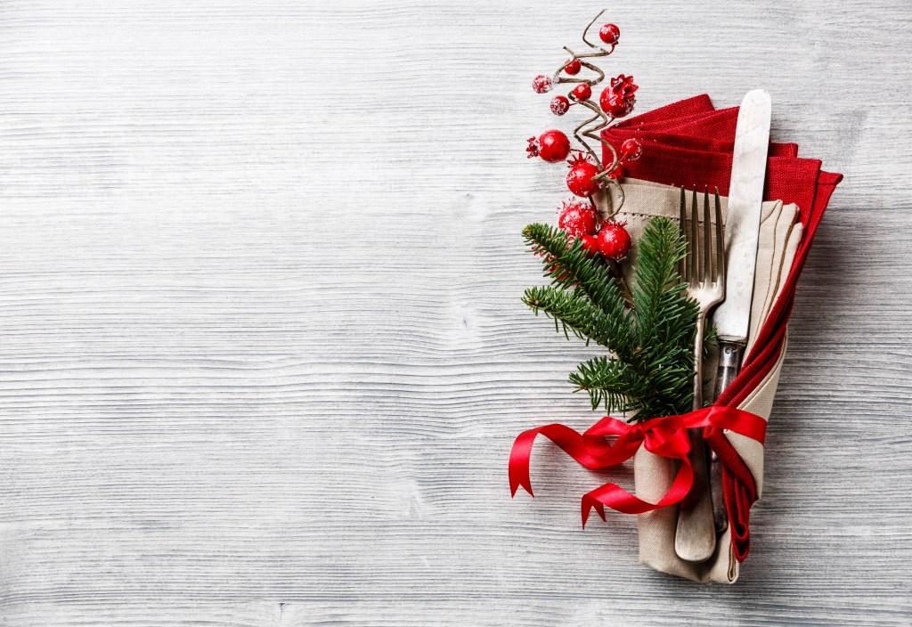 mesa de Natal vermelha com arranjo