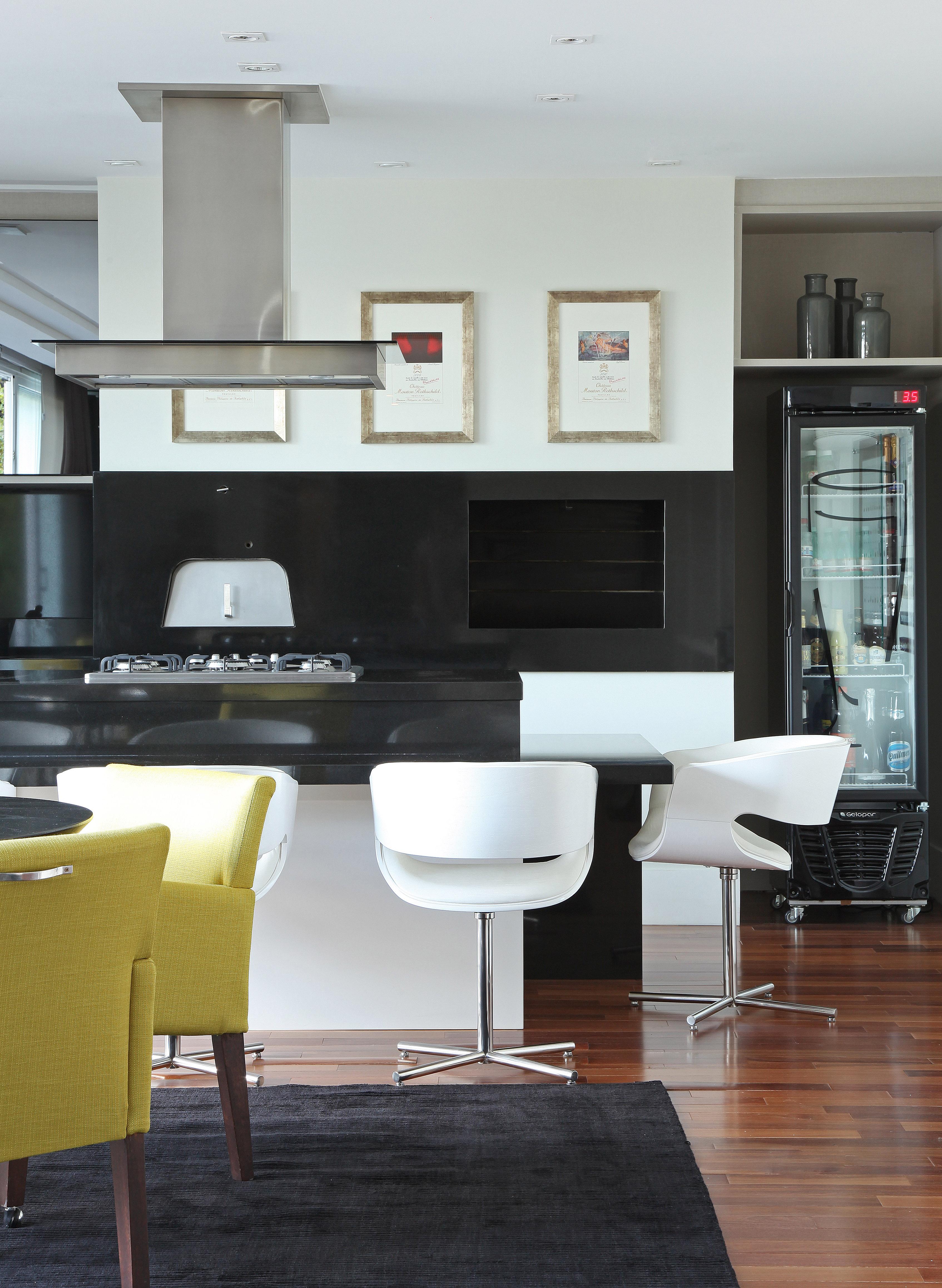 Casa com décor clássico e área de lazer perfeita para os dias de sol