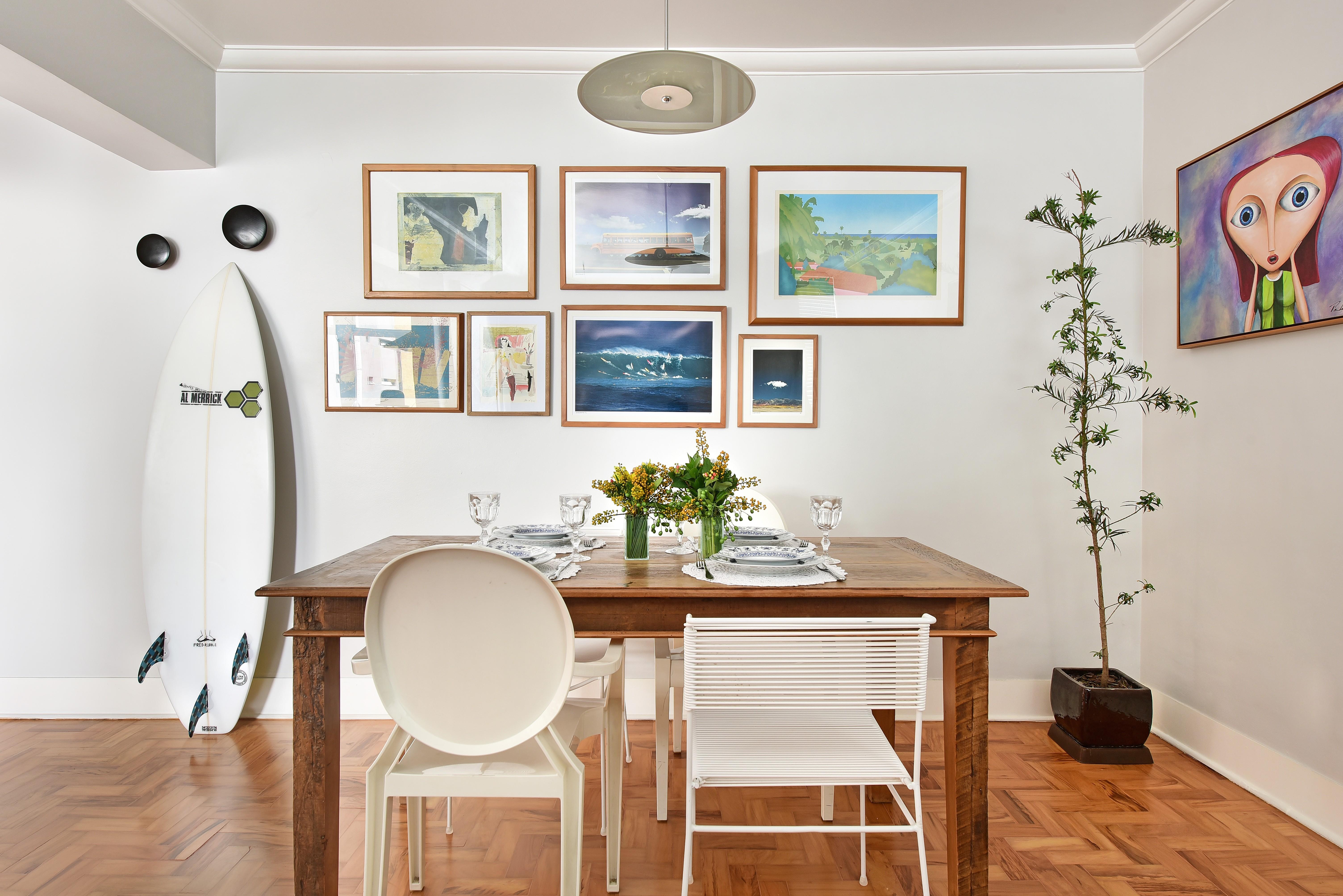 Apê de 130 m² ganha bossa com clima retrô e obras de arte