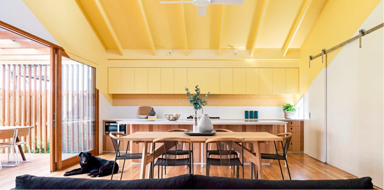 Cozinha com teto amarelo