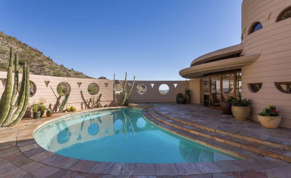 Circular, a Norman Lykes Home conta com uma vista de 180 graus de Phoenix, no Arizona