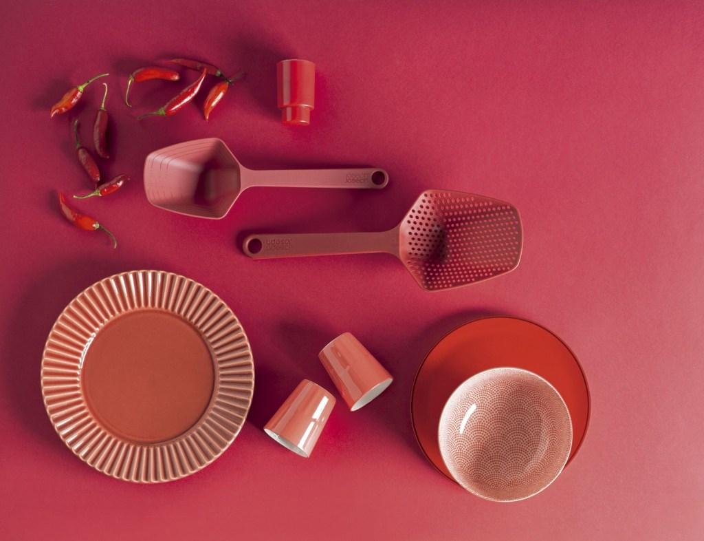 Use o tempero quente da cor para apimentar a arrumação da mesa no verão. As peças estão disponíveis na Loja CASA CLAUDIA