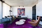 Com décor moderno, o ambiente tem um quadro multicolorido como ponto focal
