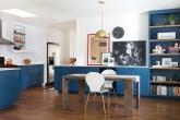 No piso e na mesa de jantar, a madeira aquece este espaço, marcado pelos pontos de cor