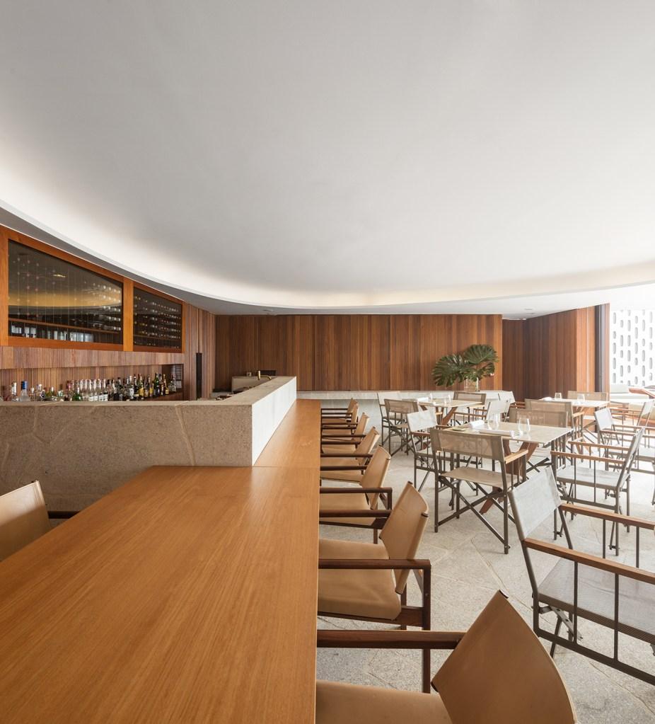 Do conceito arquitetônico ao décor e ao menu do restaurante, a bossa carioca influencia a atmosfera do espaço de luxo