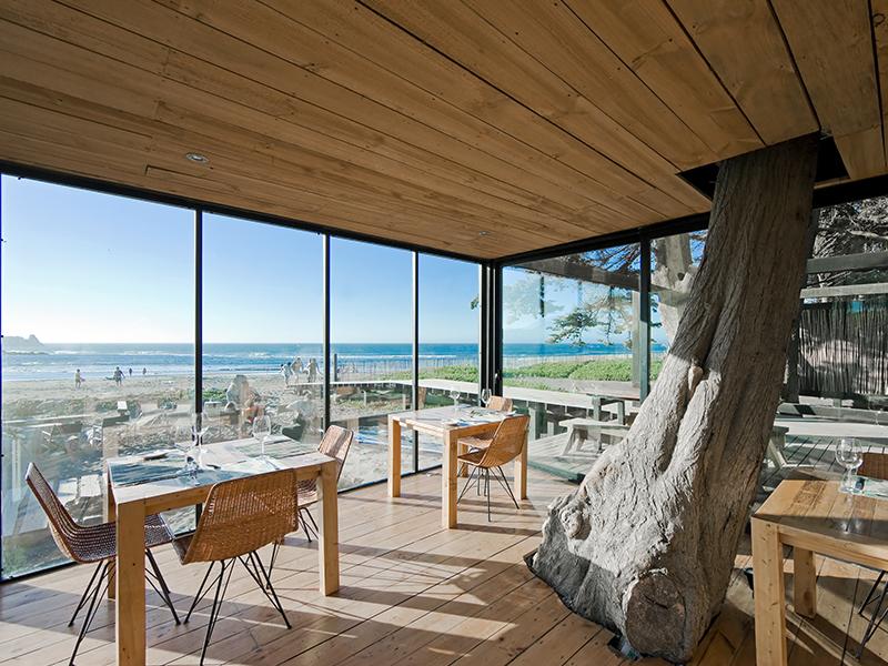 Assinado pelo WMR Arquitectos, o Hotel Surazo é composto por estruturas de madeira e vidro com pátios ao ar livre