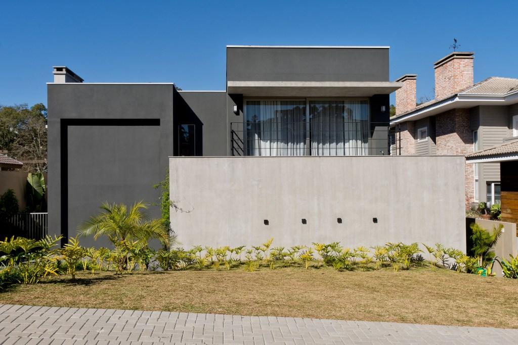 Casa com décor contemporâneo e móveis de Philippe Starck