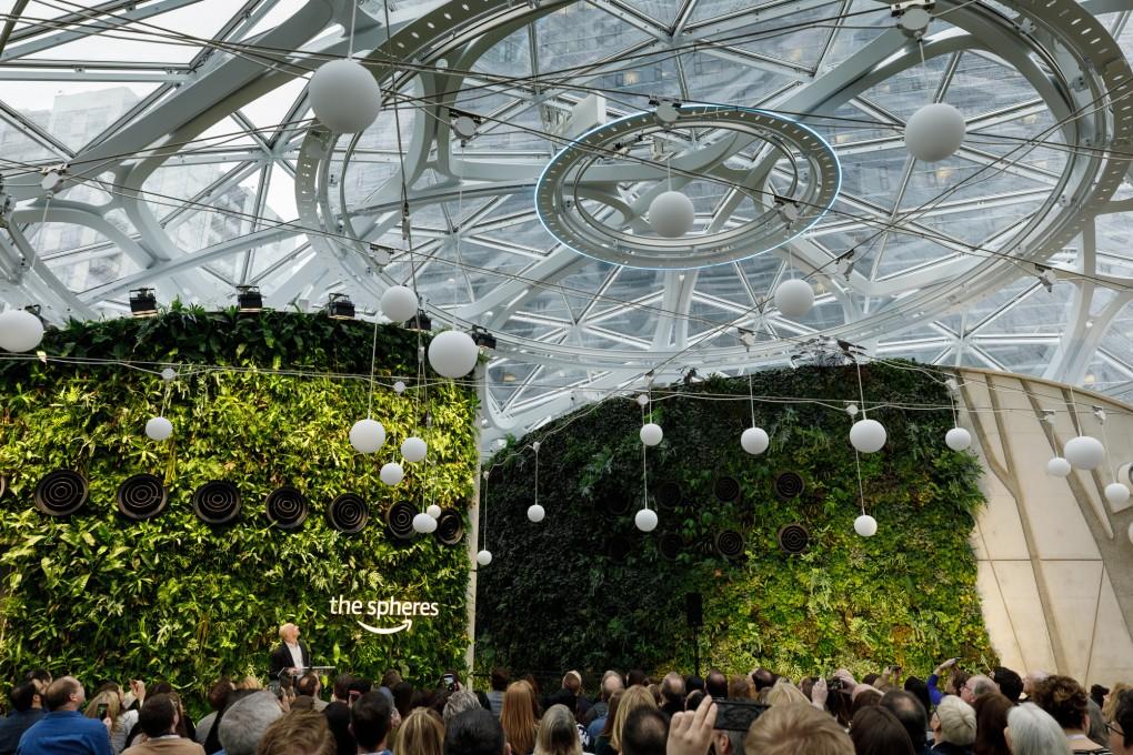 Composto por três estruturas, o espaço abriga mais de 40 mil plantas e tem áreas de trabalho nada tradicionais