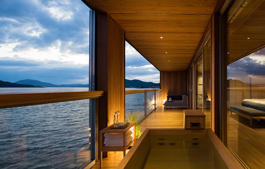 Obra do arquiteto japonês Yasushi Horibe, o espaço é dominado pela madeira e conta com 19 quartos