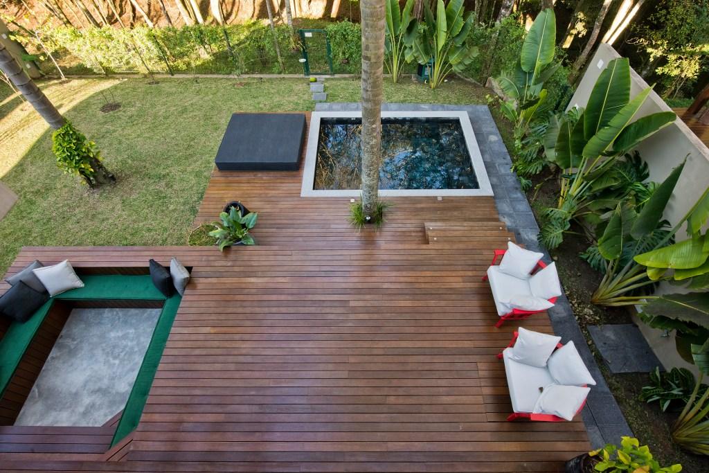 Área externa de casa em Curitiba com piscina