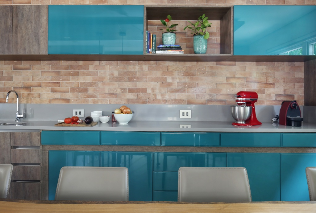 Cozinha integrada com sala de jantar tem décor descontraído